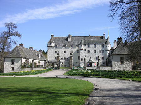 http://www.undiscoveredscotland.co.uk/innerleithen/traquair/images/traquairx-450.jpg